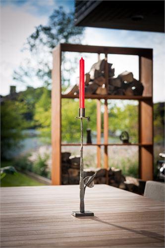 Eleganter Kerzenständer mit handgefertigten Zierblättern.