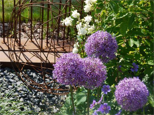 Metallkugel als optisches Highlight im Garten.